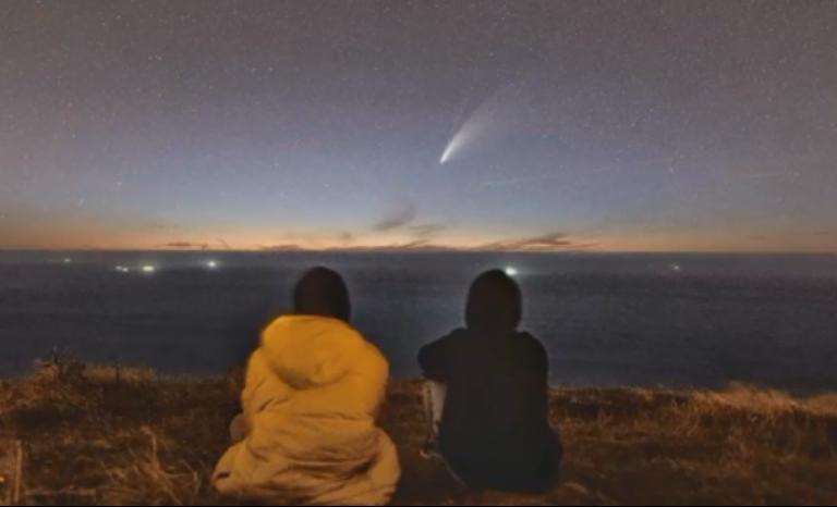 Foto obtenida del cometa Neowise desde el hemisferio norte y cedida al Observatorio Astronómico Cruz del Sur.