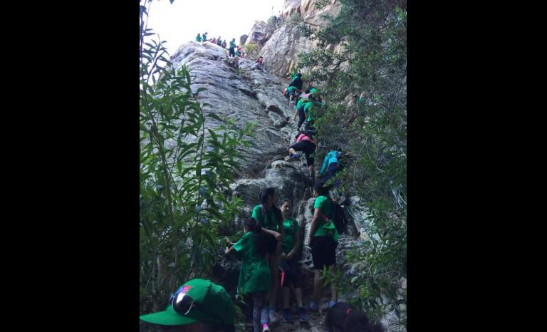 Los jóvenes subiendo una pendiente en el sendero hacia las tazas.