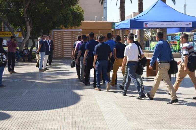 A eso de las 13 horas de ayer, los futuros uniformados llegaron hasta la Plaza de Armas para iniciar el proceso en el que encuestaron.