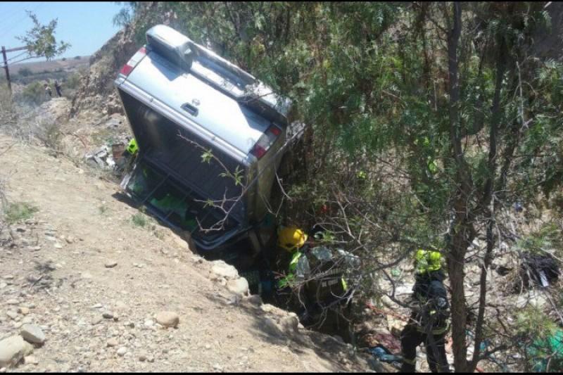En Puntilla camioneta cae desde cerca de 9 metros de altura