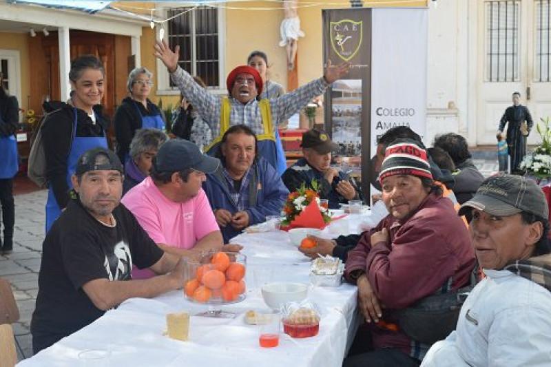 Almuerzo solidario de comunidad escolar brinda alegría a personas en situación de calle